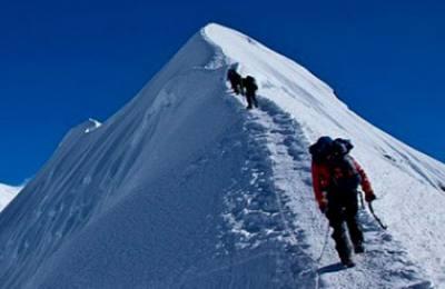 summiting Chulu East